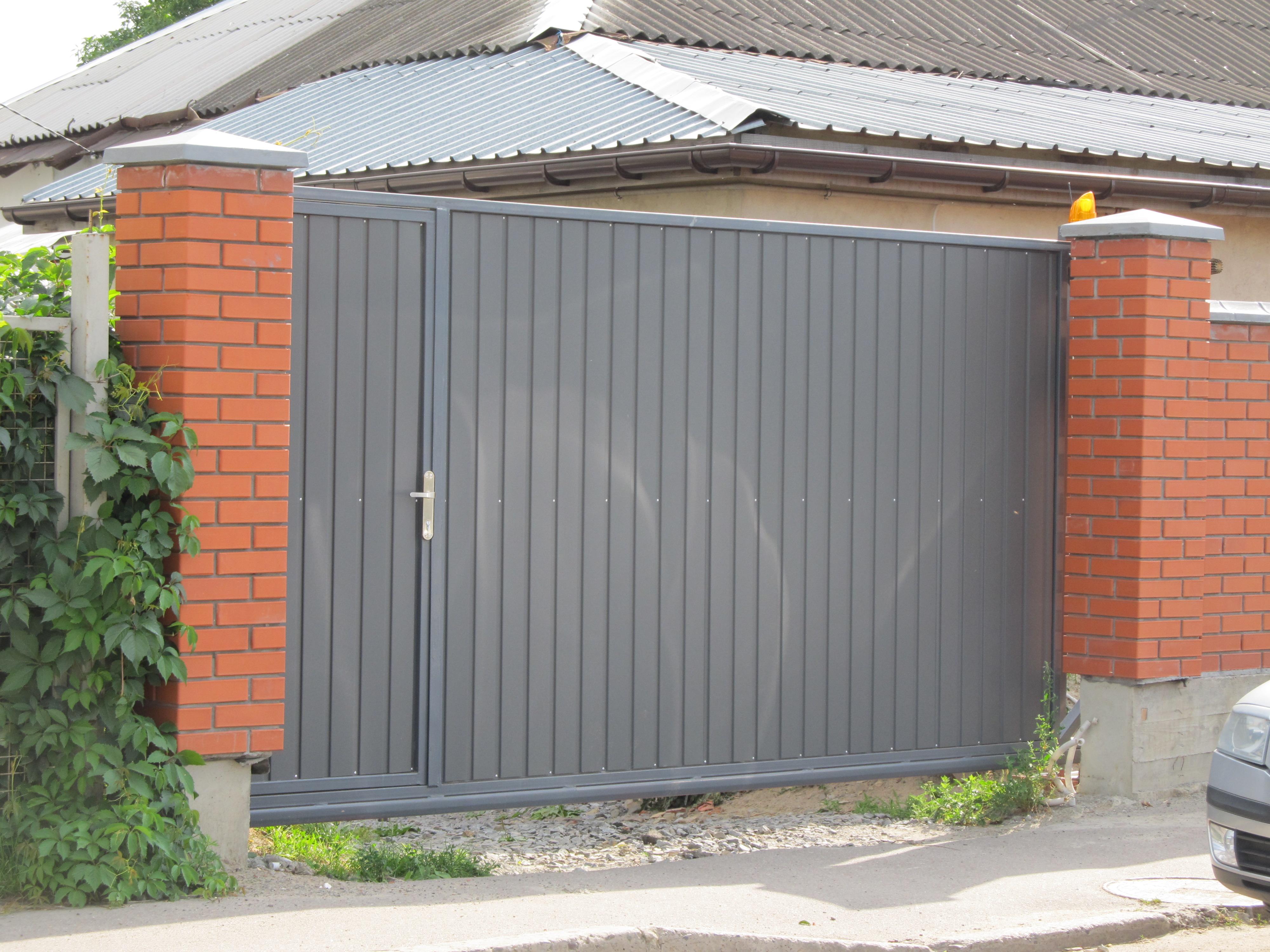 відкатні ворота з вбудованою каліткою