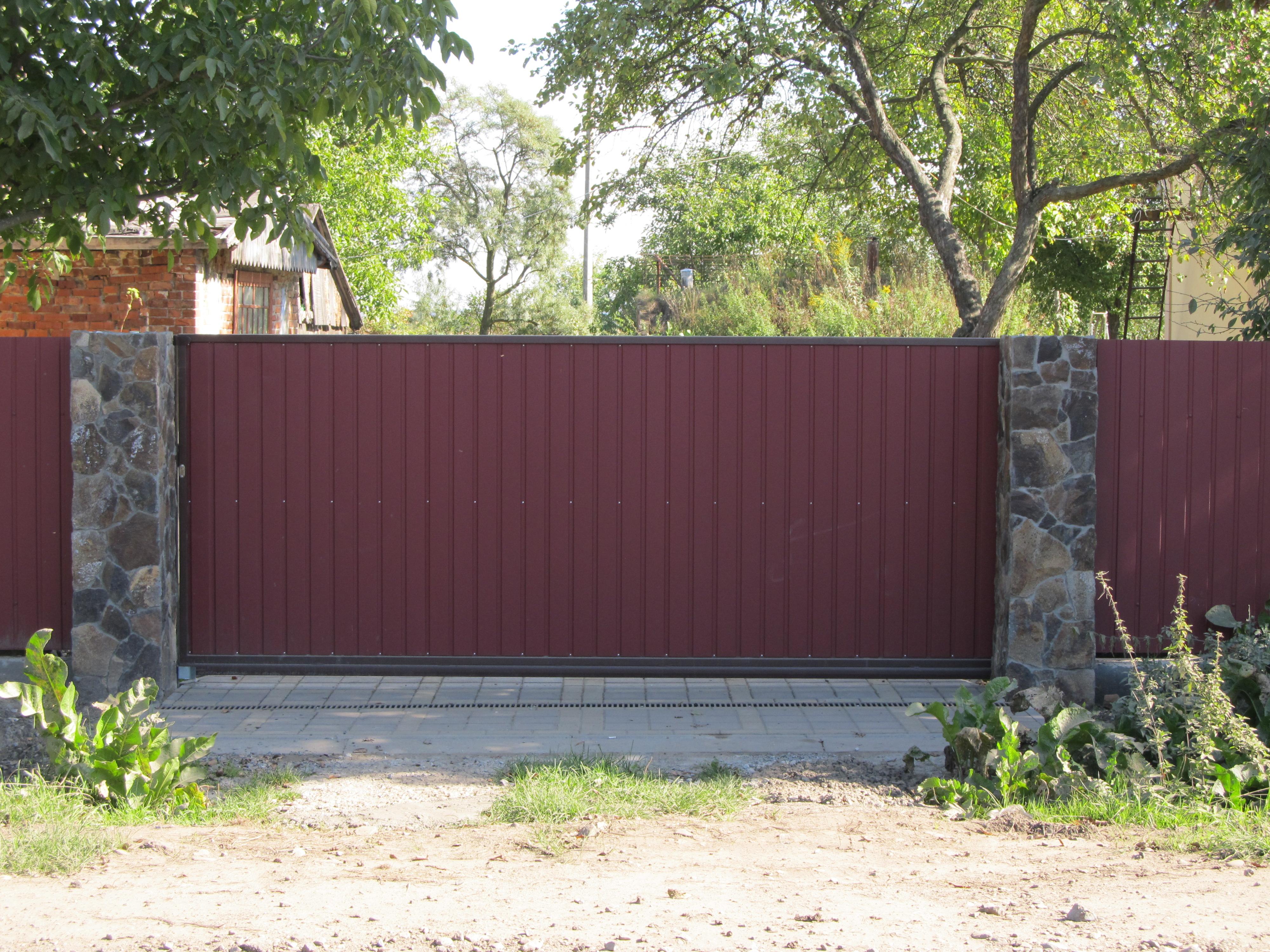 Відкатні ворота обшиті профнастилом